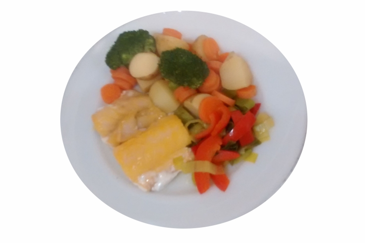 Photograph of a piece of smoked haddock; boiled potatoes, carrots, and broccoli; and fried leek and pepper on a white plate